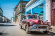 Roter amerikanischer Oldtimer parkt auf der Strasse in Havanna City Kuba - HDR - Serie Cuba Reportage