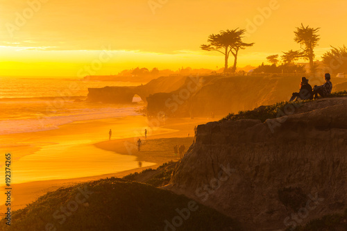 Photo People enjoying the view of a stunningly colorful sunset in Santa Cruz, Californ