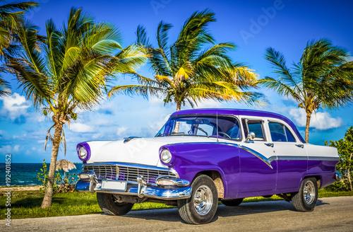 Poster Havana Amerikanischer blau weisser Oldtimer parkt am Strand auf dem Seitenstreifen nahe Havanna Kuba - HDR - Serie Cuba Reportage