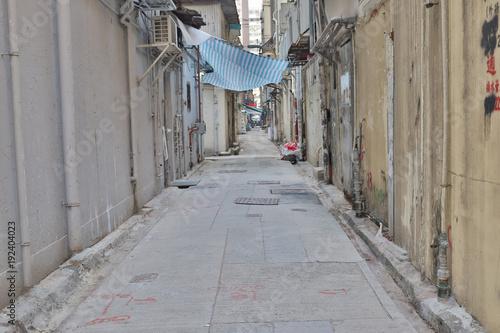Fotobehang Smal steegje Empty back street in mong kok hk