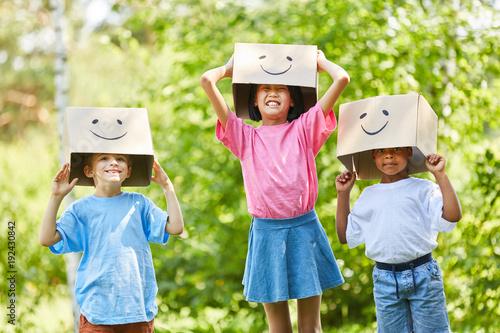 фотография  Kinder spielen mit lustigen Pappkartons