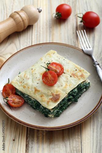 lasagne spinaci e formaggio su sfondo tavolo di cucina – kaufen Sie ...