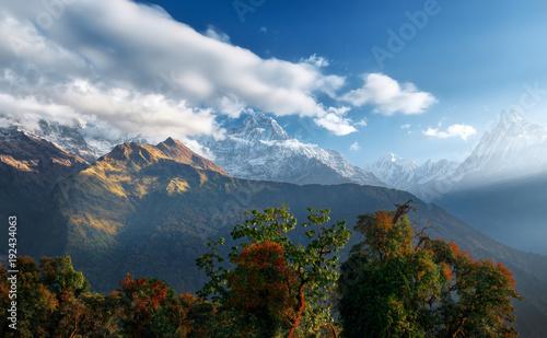 Plakat Sceniczny himalaje krajobraz zi pasma górskie na wschodzie słońca.