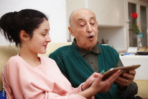 Fotografie, Obraz  Insegna al nonno l'uso del tablet