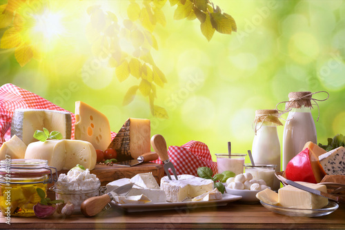 Montage in der Fensternische Milchprodukt Large assortment of artisanal dairy products in nature