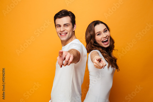 Fotografía  Portrait of a joyful young couple pointing fingers
