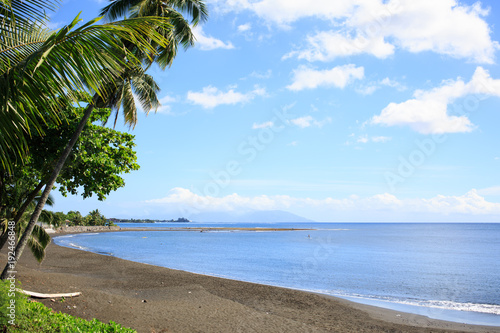 Obraz na plátně Black sand on beach at Tahiti PAPEETE, FRENCH POLYNESIA.