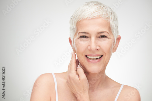 Fotografía  Portrait of beautiful senior woman in front of white background.