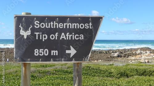 Foto op Aluminium Zuid Afrika Südafrika. Altes verwittertes Hinweisschild zum Nationalpark, zum südlichsten Punkt Afrikas, Cape Agulhas