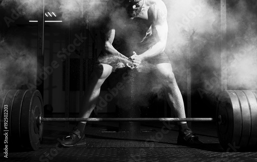Photo sur Toile Fitness Weightlifter clapping hands and preparing for workout at a gym