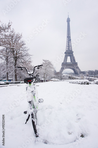 Neige fraîche à Paris avec vélo Poster