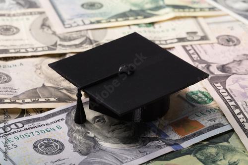 Fotografía  Graduation Cap On Dollar Banknotes