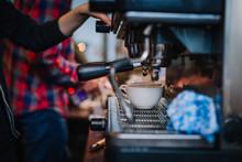 Parzenie Espresso Przez Baristę