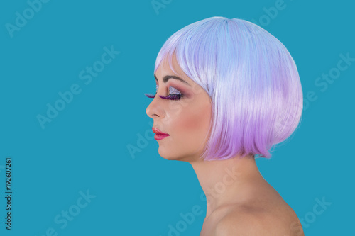 Fotografija  Extravagant woman with purple hair