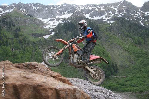 Motocrossfahrer am Berg #192614846