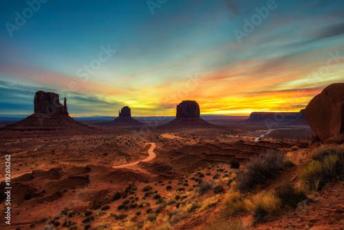 In de dag Donkerblauw Sunrise over Monument Valley, Arizona, USA