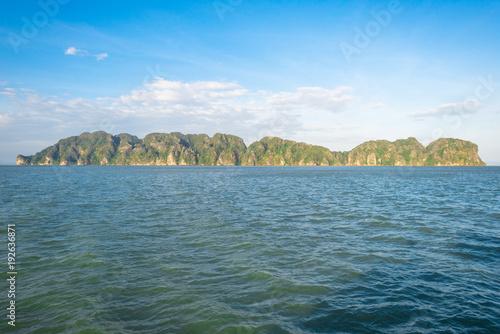 Obraz na plátně Small uninhabited island Ko Talang in the Andaman sea, seen from Ko Lanta in the