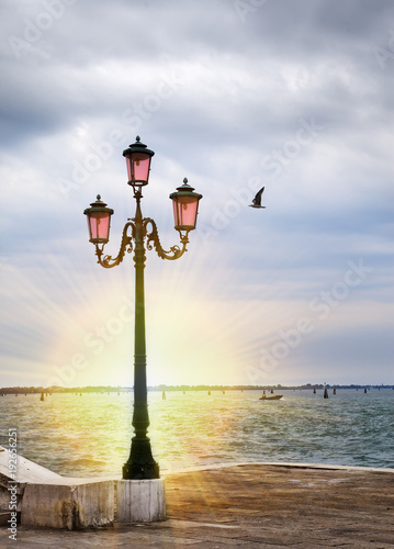 Foto op Aluminium Eiffeltoren romantic sunset views with ancient pink lantern on Grand Canal in front of the Basilika San Giorgio Maggiore in Venice, italy