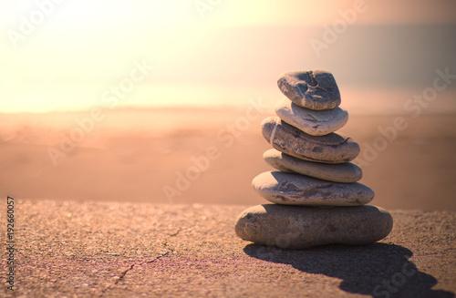 Poster Zen pierres a sable Piramide pietre zen. Sfondo mare al tramonto