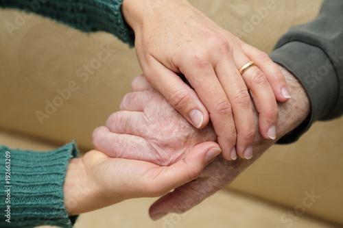 Fototapeta  Mani tra le mani in segno di sostegno