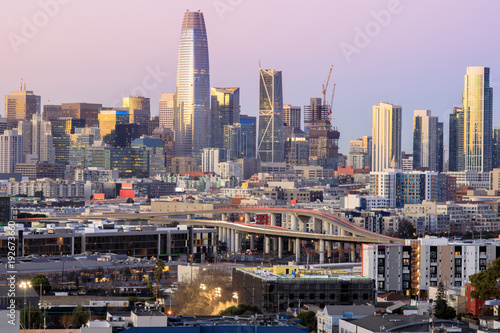 Foto auf AluDibond San Francisco Highway to San Francisco. View of San Francisco downtown at dusk. Potrero Hill, San Francisco, California, USA.