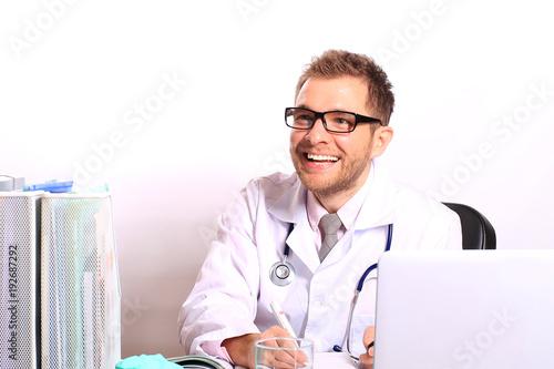 Plakat Lekarz pisze pacjentowi receptę w gabinecie lekarskim