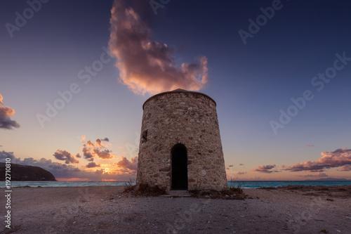 Zdjęcie XXL Samotny wiatrowy młyn na brzeg z kolorową chmurą above