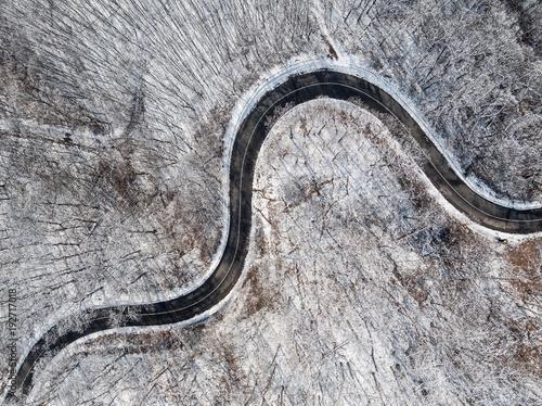 widok-z-lotu-ptaka-krzywej-drogi