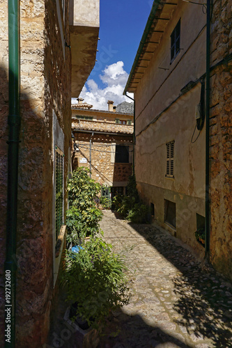 Foto op Canvas Smal steegje Narrow alley in spain on a sunny day with blue sky, Mallorca Europe