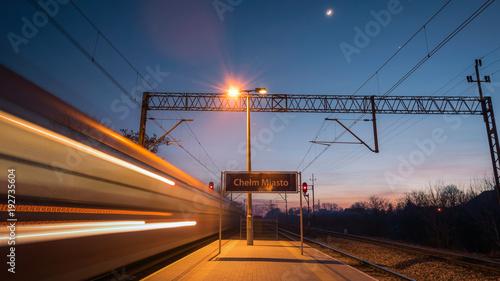 peron, jadący pociąg