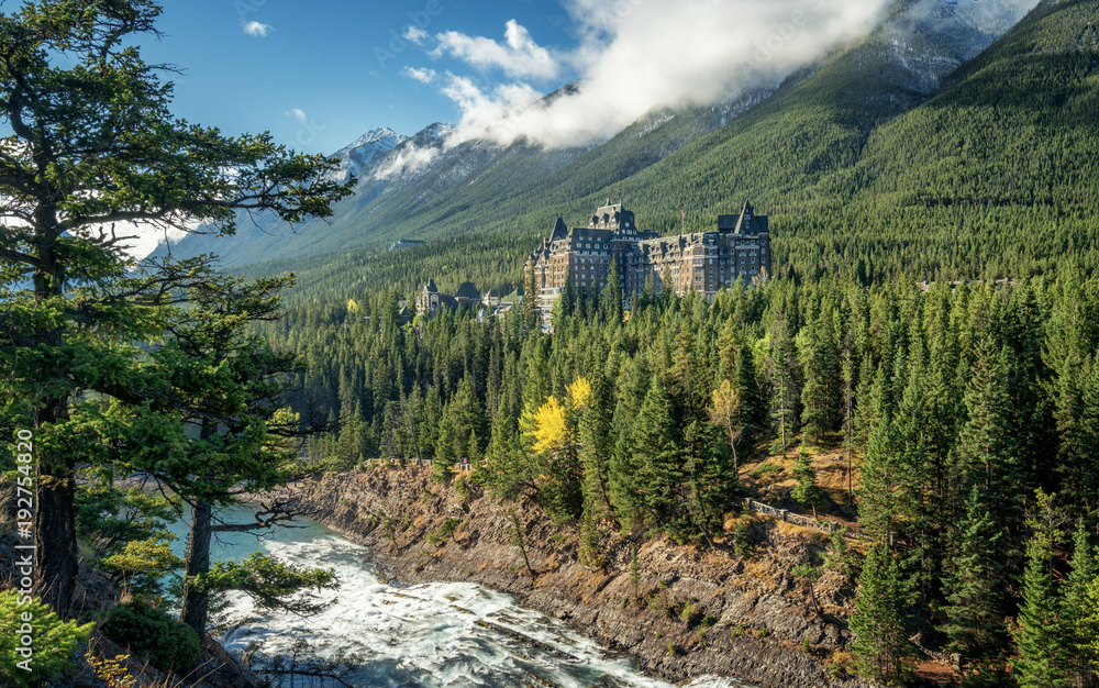 Fototapeta Autumn at the Fairmont Banff  Springs Hotel with the Bow River