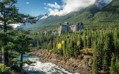 Poster Kaki Autumn at the Fairmont Banff Springs Hotel with the Bow River