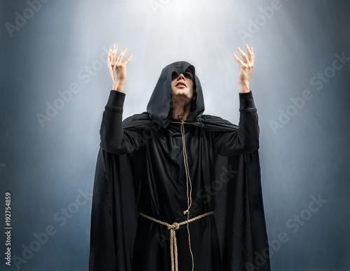 Fotografía Monk holding hands up in praise