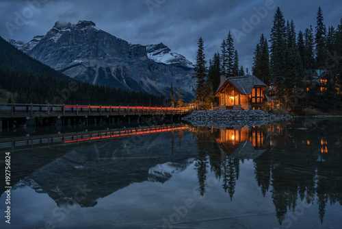 Poster Bergen Night time Emerald Lake Lodge in Yoho National Park