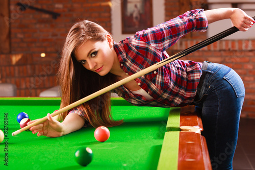 Fotografie, Obraz Young woman playing billiard.