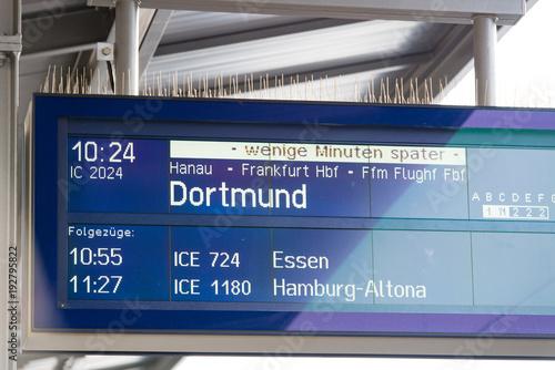 Fotografía  Hinweistafel in einem Bahnhof