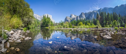 Papiers peints Rivière de la forêt Yosemite Valley with Merced river in summer, California, USA