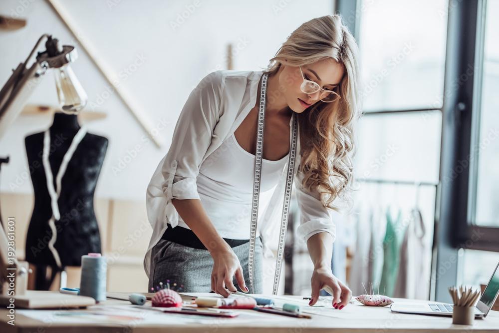 Fototapety, obrazy: Female fashion designer