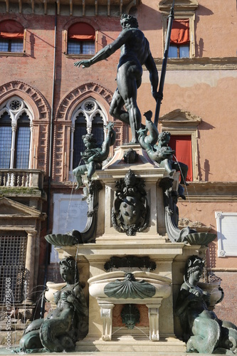 Spoed Foto op Canvas Fontaine La fontaine ne Neptune (1565) à Bologne surmontée d'une statue de Jean Bologne sur fond du palais d'Accursio