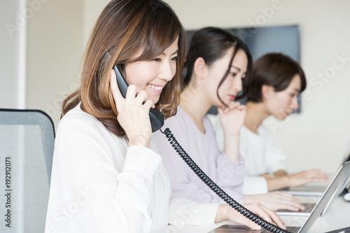 電話をとる女性