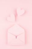 Otwarta koperta papieru z wylecieć serca na miękkim różowym tle koloru. Walentynki pojęcie dla projekta. - 192925446