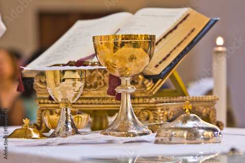 Foto pisside and chalice contain wine and hosts on the altar of the mass