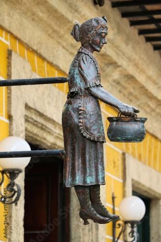 Foto op Plexiglas Havana Havanna, Kuba, Frauenfigur an der Konditorei Dulceria Dona Teresa