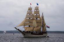 Grand Voilier Arrivant Au Port