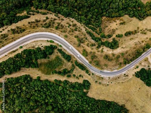 antena-nad-widok-wiejski-krajobraz-z-kreta-droga-biega-przez-ono-w-grecja