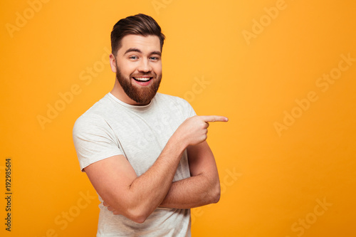 Photo  Portrait of a cheerful bearded man pointing finger