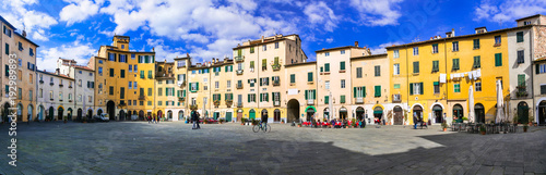 Fotografía  Beautiful colorful square - Piazza dell Anfiteatro in Lucca