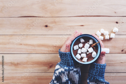 Spoed Foto op Canvas Chocolade a cup of hot chocolate with marshmallow in women hands