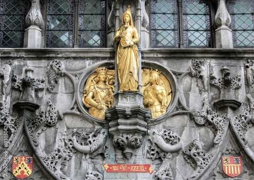 In de dag Brugge Gold statues on the exterior of the Basilica of the Holy Blood on Burg Square in central Bruges, Belgium
