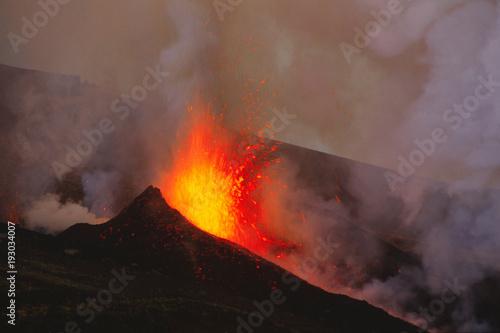Foto op Canvas Diepbruine Etna, Fontana di lava